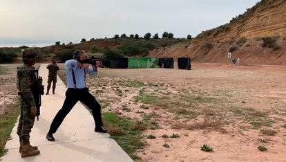 El secretario general de Vox, Javier Ortega Smith, dispara con un fusil de guerra HK G36 durante la visita a una instalación militar.