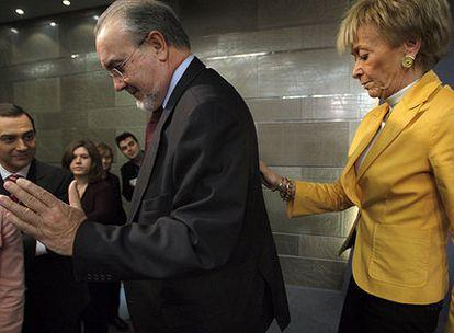 Pedro Solbes junto a la vicepresidenta primera, María Teresa Fernández de la Vega, ayer tras el Consejo de Ministros.