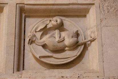 Guinea fowl, plucked and ready to be cooked, one of the 68 dishes in the arch of the sacristy of the Hispanic cathedral made between 1533 and 1535.
