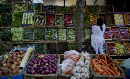 Puesto de venta de frutas y verduras, en Buenos Aires.