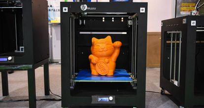 Un gato fabricado con una impresora 3D se expone en una feria de tecnología en Guangzhou (China).