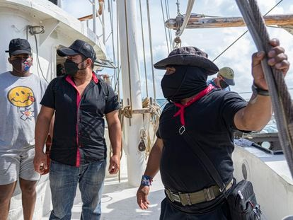 El subcomandante Moisés, líder de los zapatistas, despide a la comitiva que partió en barco a Europa en mayo.