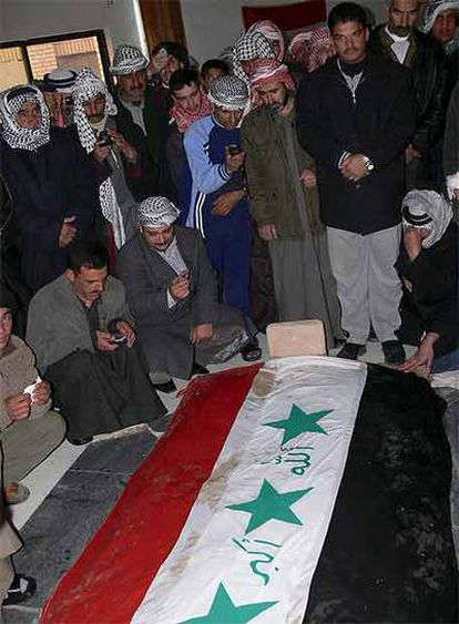 Seguidores de Sadam rezan frente a la tumba del dictador en Auya.