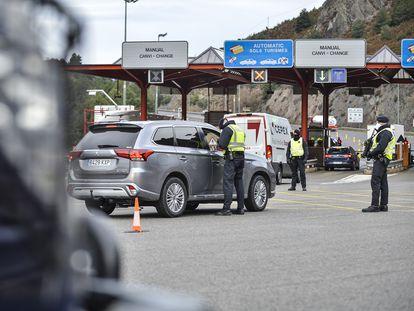 Controles policiales en el peaje de acceso a la comarca de La Cerdanya