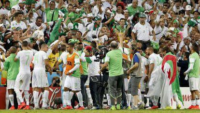 Los jugadores de Argelia celebran la clasificación a octavos.