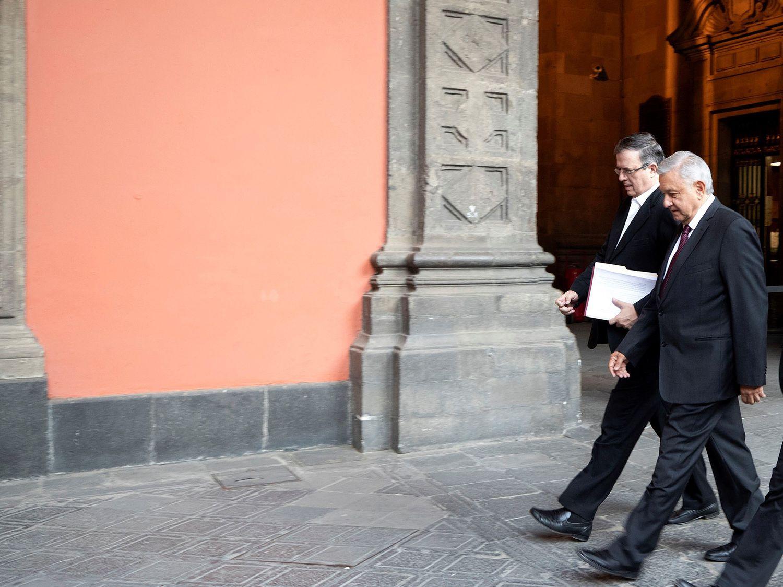 El presidente López Obrador junto a su canciller, Marcelo Ebrard, en Palacio Nacional.