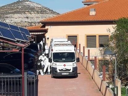 Traslado de ancianos este viernes de la residencia Valle del Cuco, en Adrada de Haza (Burgos).