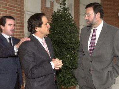 De izquierda a derecha: José María Aznar y los ministros de la Presidencia, Juan José Lucas, y de Interior, Mariano Rajoy.