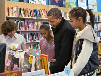 Barack Obama con sus hijas Sasha y Malia comprando libros en Arlington, Virginia.