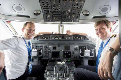 El rey Guillermo de Holanda, a la derecha, en la cabina de un avión de KLM, con el piloto Maarten Putman.