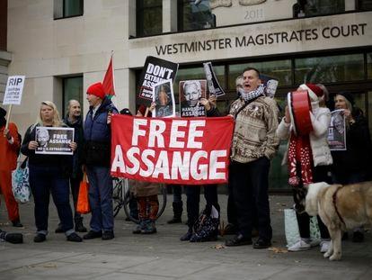 Partidarios del fundador de WikiLeaks, Julian Assange, protestan afuera de la Corte de Magistrados de Westminster en Londres.
