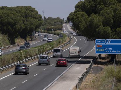 Tramo de la autopista AP-4 que une Sevilla y Cádiz, a la altura de la localidad sevillana de Los Palacios.