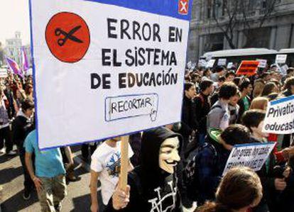 Los estudiantes madrileños se manifiestan contra los recortes por la calle Alcalá