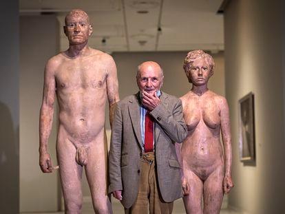 Antonio López, entre dos de sus esculturas que se exhiben en la Fundación Bancaja de Valencia.
