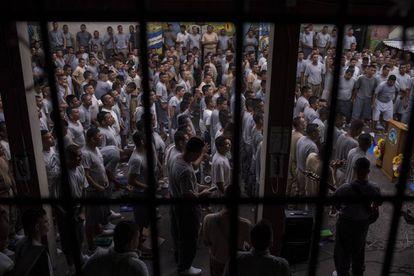 Decenas de pandilleros oran durante un servicio en la cárcel de Gotera.
