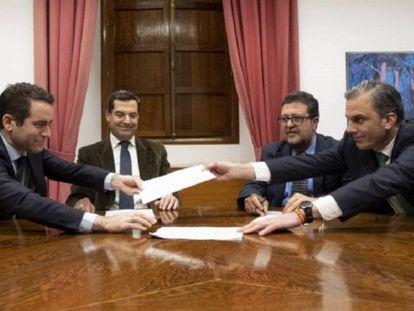 Teodoro García Egea, Juan Manuel Moreno Bonilla, Francisco Serrano y Francisco Javier Ortega Smith-Molina, durante la firma del acuerdo.