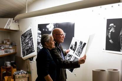 El matrimonio formado por Sebastião Salgado y Lélia Wanick Salgado, fotografiados en su estudio, en París, realizan labores de edición fotográfica. Su último libro y exposición, 'Amazônia', se inauguró el 20 de mayo, en la Philharmonie de París.