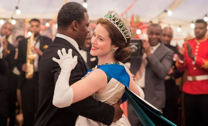 Claire Foy, como la reina Isabel II de Inglaterra, en la segunda temporada de la serie The Crown.