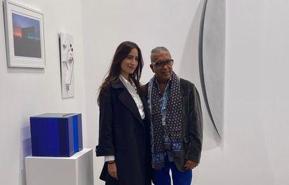 La artista Rachel Valdés —junto a su obra— y el comisario Juan Delgado, en ARCO.