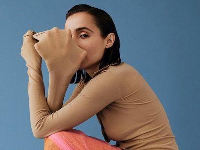 La cantante Zahara. En la imagen, con camisa de punto elástico, falda tubo de tul strech y sandalia thong de cuero con tacón metálico, todo de Sportmax.