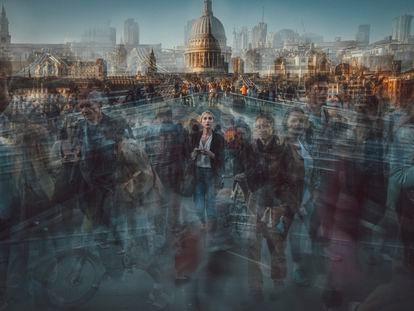El fotógrafo y camarógrafo británico Burnham Arlidge superpone fotografías obtenidas con 'time-lapse' que evocan los tiempos prepandémicos. Transeúntes en el puente del Milenio, en Londres.