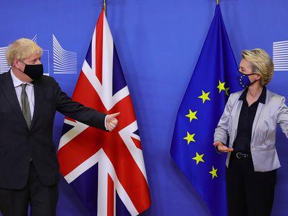 La presidenta de la Comisión Europea, Ursula von der Leyen, recibe en Bruselas a finales de 2020 al primer ministro, Boris Johnson.