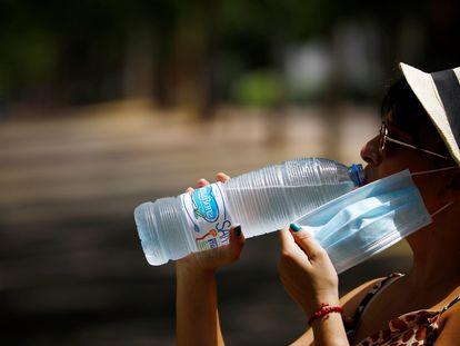 Una mujer bebe agua en Córdoba durante la ola de calor de principios de agosto de este año.