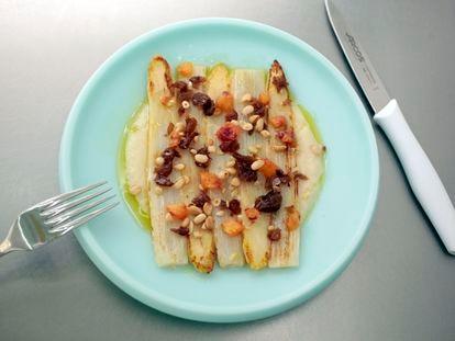 Espárragos blancos de Navarra a la plancha con naranja sanguina, pasas y piñones, uno de los platos de Sala de Despiece.