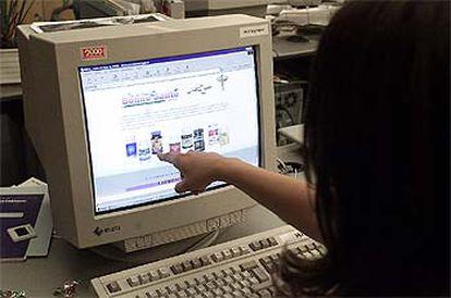 Una mujer señala la pantalla de un ordenador