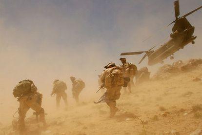 Un helicóptero CH-47 Chinook estadounidense despega tras descargar un batallón de soldados en Bagh, en la provincia de Zabul, en junio de 2005.