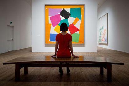 Una visitante de la exposición de Henri Matisse en la Tate Modern observa el cuadro 'El caracol'.