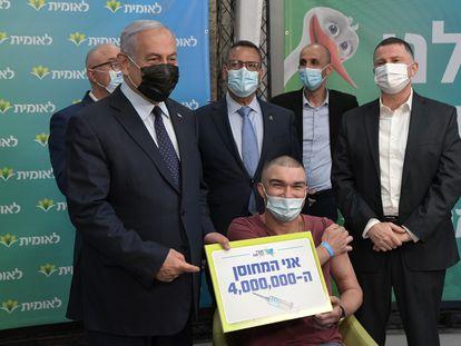 Benjamín Netanyahu señalaba un cartel con el anuncio de cuatro millones de vacunaciones realizadas en Israel, el martes en Jerusalén.