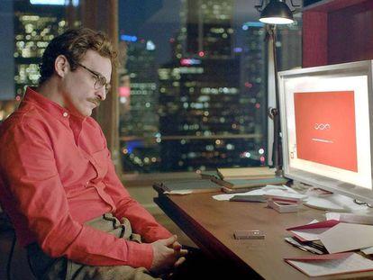 El actor Joaquin Phoenix, en un fotograma de la película Her (2013), de Spike Jonze.
