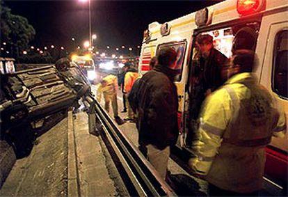 Personal del Samur junto al accidente ocurrido en la M-30, a la altura del barrio de la Elipa.