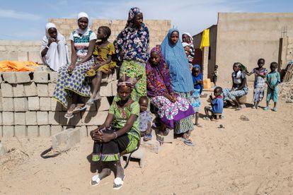 Un grupo de mujeres y niños desplazados, en febrero en Dori (Burkina Faso).