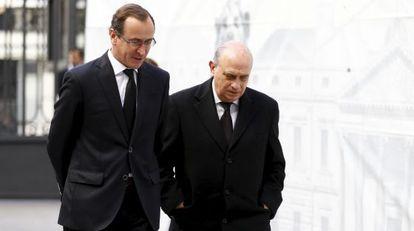 El ministro Fernández (derecha) junto al portavoz del PP, Alfonso Alonso, ayer en la capilla ardiente de Suárez.