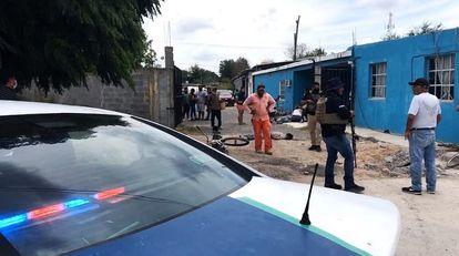 Las autoridades resguardan una de las casas donde fueron asesinadas al menos dos personas en Reynosa (Tamaulipas).