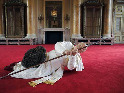 """Instalación artística del italiano Maurizio Cattelan, """"La Nona Ora"""" en la que aparece la figura del papa Juan Pablo II abatido por un meteorito, en una exposición en París (Francia), en octubre de 2017."""