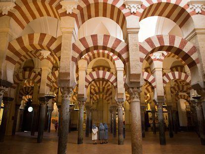 Unas monjas caminan por el interior de la Mezquita-Catedral de Córdoba.