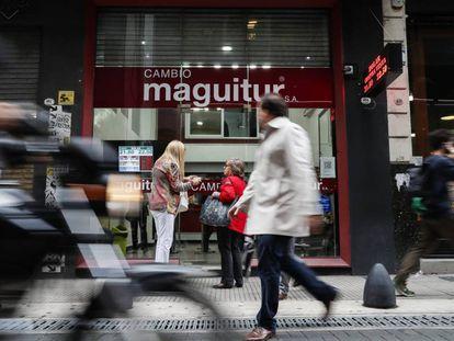 Vista de este viernes de una casa de cambio en el centro de Buenos Aires (Argentina)