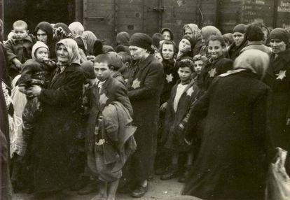 Judíos húngaros llegan a Auschwitz en mayo de 1944. La mayoría serían asesinados pocas horas después.