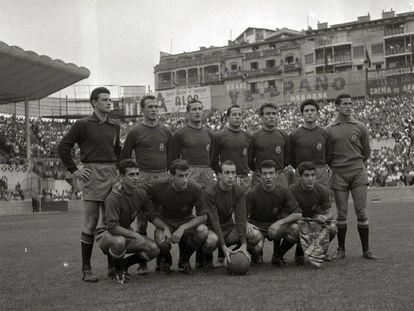 Selección española B en un partido disputado en San Sebastián. De pie y de izquierda a derecha: Araquistain, Rodri, Mestre, Ruiz Sosa, Del Sol, Sastre y Pesudo. Agachados: Torres, Peiró, Pepillo, Ribelles y Collar.
