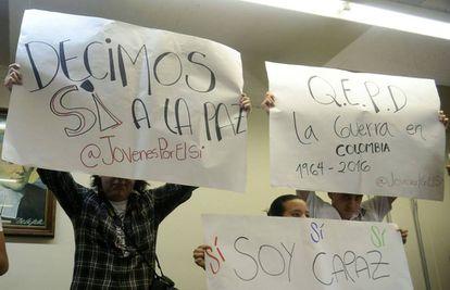 Jóvenes muestran carteles por el 'sí' al plebiscito de paz, en Antioquia.