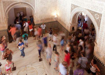 Turistas en la sala de Dos Hermanas.