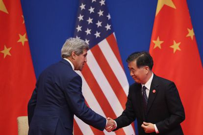 John Kerry y el viceprimer ministro chino Wang Yang, en Pekín.
