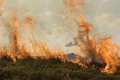 Imagen de la extinción del incendio activo ayer tarde en el Xurés, en Queguas, en el término municipal de Entrimo.