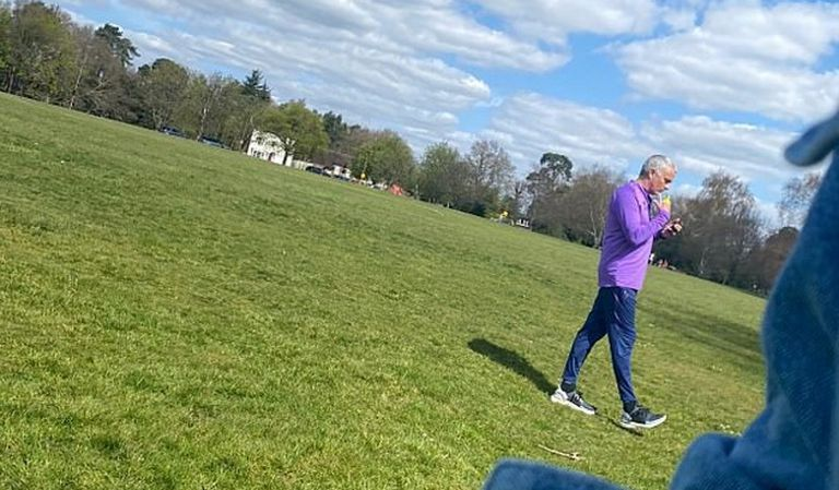 Mourinho camina por un parque londinense, en unas imágenes difundidas por el 'Daily Mail'.