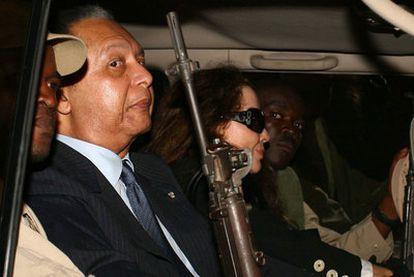 Jean-Claude Duvalier, protegido por guardias armados, tras aterrizar el domingo en Puerto Príncipe procedente de París.