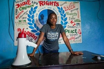 Satta Sheriff, en la oficina de Acción para la Justicia y los Derechos Humans, donde trabaja, en Monrovia (Liberia).