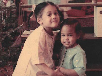 Kamala Harris (a la izquierda) con su hermana, en una fotografía de su niñez.